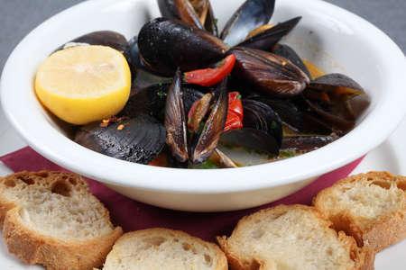 Impepata di cozze ist ein typisch italienisches Gericht mit Muscheln Standard-Bild - 51305933