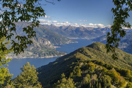 lake como: Panoramisch uitzicht op het Comomeer vanaf de bergen boven Bellagio