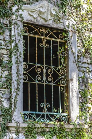 rejas de hierro: Ventana vieja con las barras de hierro oxidado Foto de archivo