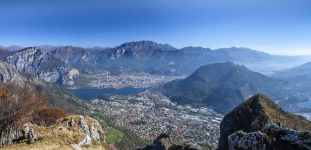 Panorama do Monte Cornizzolo na cidade de Lecco e a aldeia de Valmorea