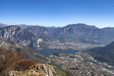 Panorama del Monte Cornizzolo en la ciudad de Lecco y el pueblo de Valmorea