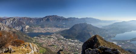 Panorama del Monte Cornizzolo en la ciudad de Lecco y el pueblo de Valmorea Foto de archivo