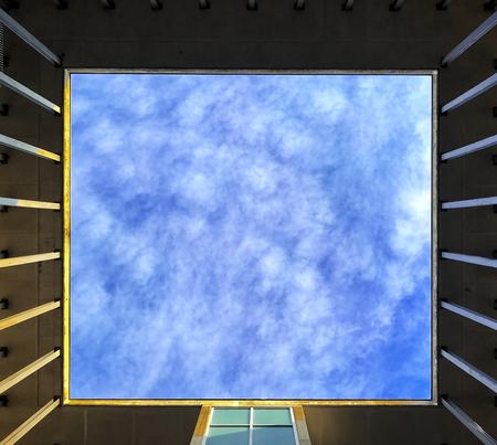 흐리게 하늘과 구름 배경으로 사용하는 사각형 창을 통해 본.