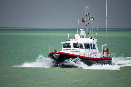 Barco de motor de patrulla marítima Carabinieri italiano. Carabinieri es una corporación de gendarmería italiana con jurisdicción en la aplicación de la ley civil.
