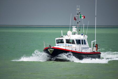 Imbarcazione a motore per la pattuglia marittima dei Carabinieri. Carabinieri è la Gendarmeria italiana con giurisdizione nelle forze dell'ordine civili.