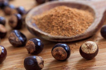 Guarana noten en poeder op een tafel