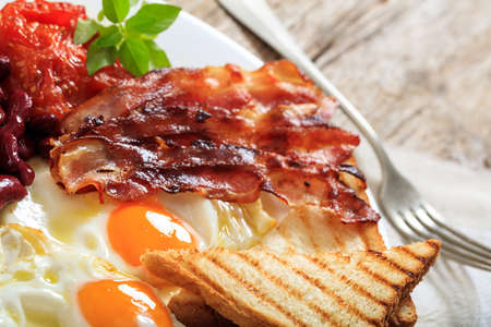 eggs and bacon: Fried eggs, bacon and kidney beans