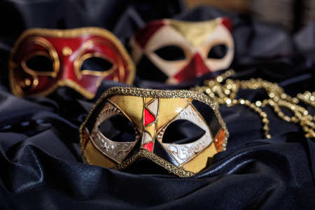 selezione maschere di carnevale su sfondo nero satinato