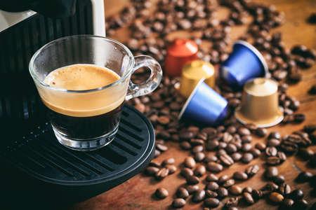 anteojos: preparación de café espresso sobre una mesa de madera