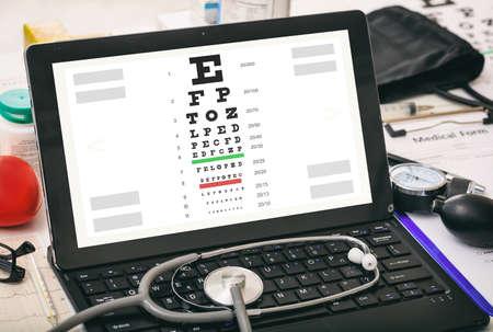 examen de la vista: prueba de la visión del ojo en la pantalla de un ordenador