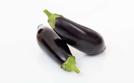 Deux aubergines entières isolés sur fond blanc Banque d'images - 72159915