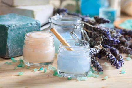 cremas faciales: Variedad de cremas y lavanda sobre fondo de madera Foto de archivo