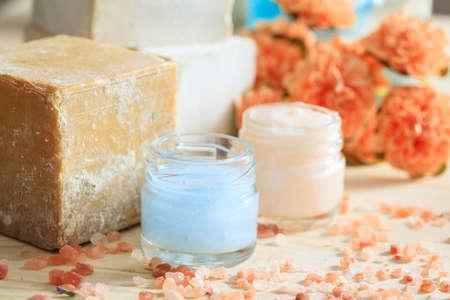 cremas faciales: Variedad de cremas y sal de baño sobre fondo de madera Foto de archivo