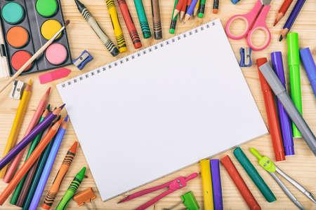 Schoollevering op houten achtergrond - ruimte voor titel