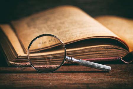 Vintage książki i lupy na drewnianym tle