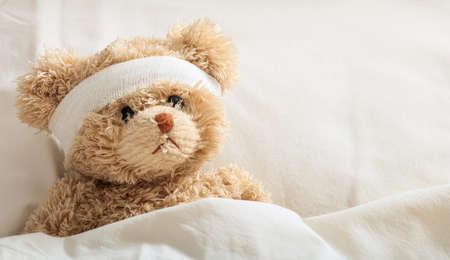 Het kind is ziek concept. Teddybeer in het ziekenhuis Stockfoto