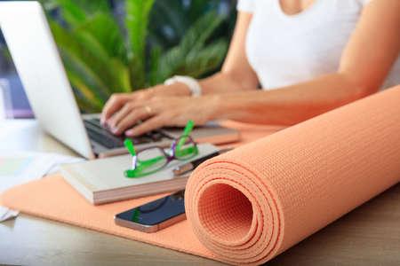 Ontspannen op het werkconcept. Yogamat in een bureau