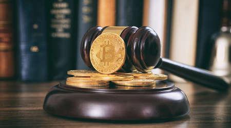 Ley o subasta mazo y bitcoins en un escritorio de madera, fondo oscuro Foto de archivo - 88331541
