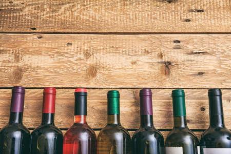 木製の背景、コピースペース、トップビューにワインボトルコレクション