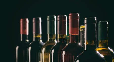 黒の背景にクローズドワインボトルコレクション
