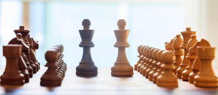 Échiquier flou avec des pièces d'échecs sur elle. Bouchent la vue avec des détails, toile de fond blanc.