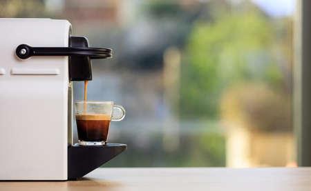 에스프레소 만들기. 나무 테이블에 에스프레소 커피 메이커입니다. 흐리게 배경, 텍스트, 전면보기 공간