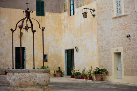 Mdina, Malta island, Piazza Mesquita in the old medieval city with sandstone facades Imagens