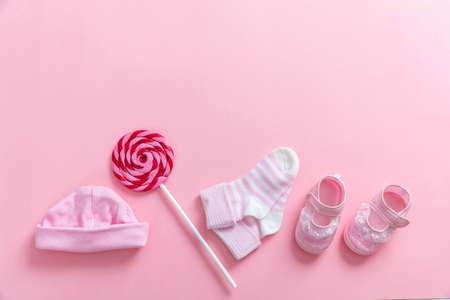 Concept de douche bébé fille sur fond rose, vue du dessus, espace copie