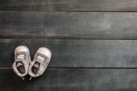 Chaussures bébé garçon, concept d'invitation de douche, sur fond de bois bleu, espace copie, vue de dessus