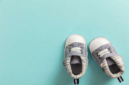 Baby boy shoes, shower invitation concept on pastel blue background, copy space, top view Stockfoto