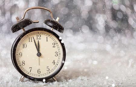 Compte à rebours du nouvel an. Minutes à minuit sur un réveil vintage, espace de copie