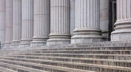 Stenen colonnade en trappen detail. Klassieke pilaren rij in een gevel van een gebouw