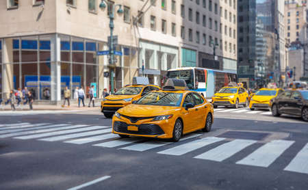 Straßenverkehr in New York, Manhattan. Wolkenkratzer, Fußgänger, Autos und Taxis