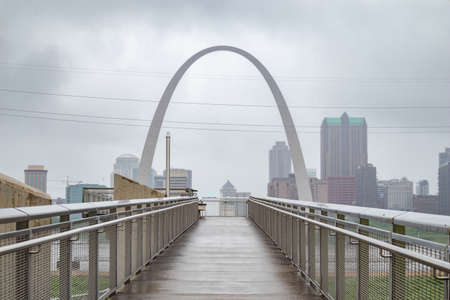 Saint Louis gateway arch and skyline, Missouri, US of America, cloudy spring day. Observation deck Banco de Imagens