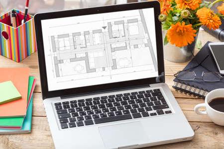 Plan de anteproyecto de construcción en una pantalla de computadora. Escritorio de oficina de diseñador de arquitecto, bienes raíces, concepto de construcción,