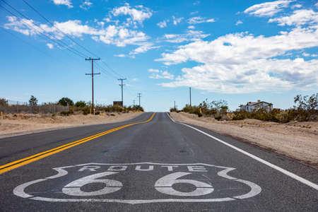 Route 66-Schild auf dem Asphalt, Highway in der kalifornischen Mojave-Wüste, USA Standard-Bild