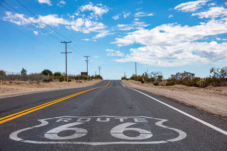 Route 66 Sign on the asphalt, Highway in California Mojave Desert, USA Archivio Fotografico
