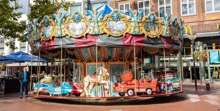 Eindhoven, Niederlande. 10. Oktober 2019. Ein Retro-Karussell auf einem gepflasterten Platz. Das Karussell wartet darauf, dass die Kinder sie glücklich machen.