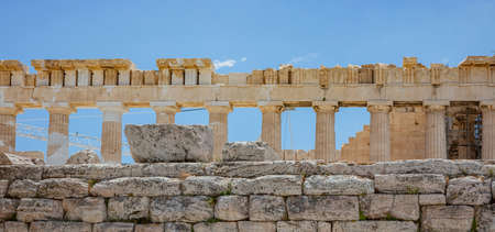 Athens Acropolis, Greece top landmark. Upper part of Parthenon temple, facade side view ancient ruins, blue sky background in spring sunny day. 免版税图像