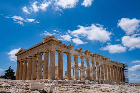 Athens Acropolis, Greece. Parthenon temple facade side view, ancient temple ruins, blue sky background in spring sunny day. 免版税图像