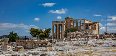 Athens Acropolis, Greece landmark. Erechtheum, Erechtheion with Cariatides Porch, Ancient Greek ruins, blue sky in spring sunny day. 免版税图像