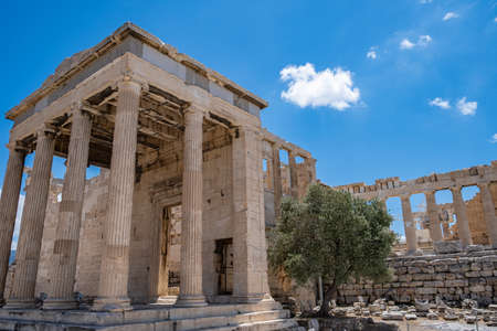 Athens Acropolis, Greece landmark. Cariatides Porch, temple of Athena, Erechtheum Ancient Greek ruins, blue sky in spring sunny day. 免版税图像