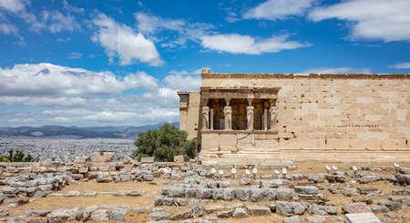 Athens Acropolis, Greece landmark. Erechtheum, Erechtheion with Cariatides Porch, Ancient Greek ruins, blue sky in spring sunny day. 免版税图像