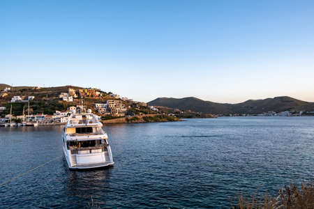 Summer holidays at greek islands. A luxury white yacht, boat is moored opposite Kea island, Greece Blue sky, calm sea, sun and relaxation 免版税图像