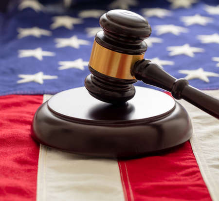 Judge or auction gavel on United states of America flag background. Justice and law in USA concept 免版税图像 - 150367899