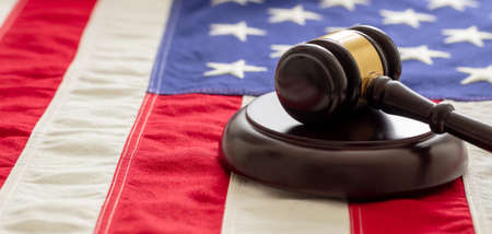 Judge or auction gavel on United states of America flag background. Justice and law in USA concept 免版税图像 - 150367908