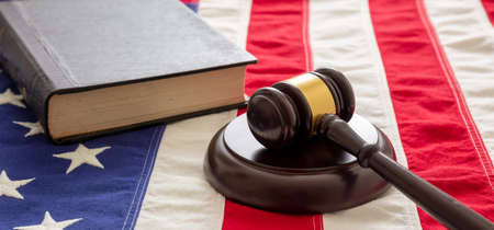Law case closed. Judge gavel and book on US of America flag background. Justice in USA concept 免版税图像 - 150367911