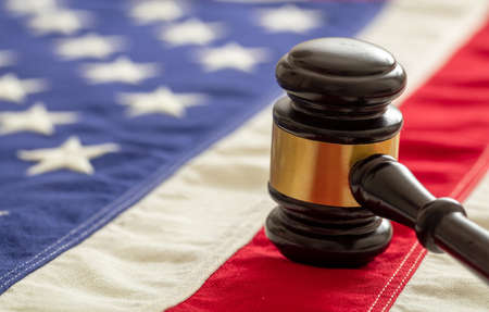 Judge or auction gavel on United states of America flag background. Justice and law in USA concept 免版税图像