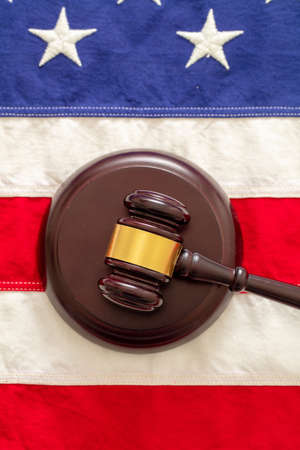 Judge or auction gavel on United states of America flag background. Justice and law in USA concept. Vertical, top view 免版税图像