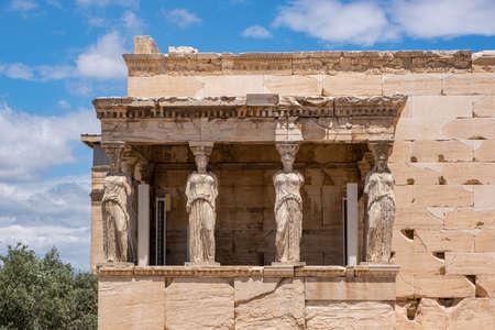 Athens Acropolis, Greece landmark. Caryatid Porch, Erechtheion, Erechtheum Ancient Greek woman statues, blue sky in spring sunny day. 免版税图像